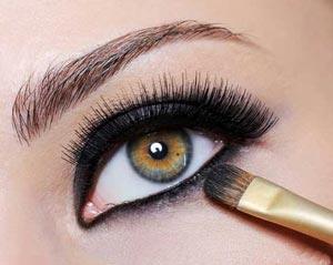 چطور به کمک آرایش چشم ها را در صورت برجسته کنیم؟