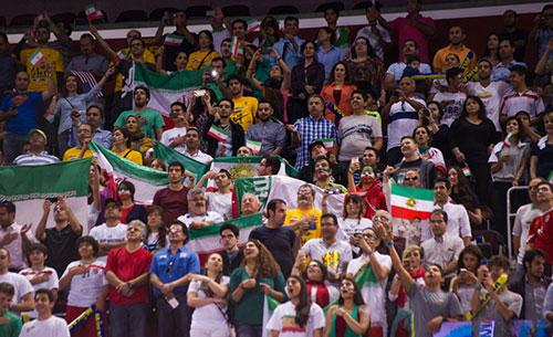 تصاویر تماشاگران ایرانی و حواشی بازی والیبال ایران و آمریکا
