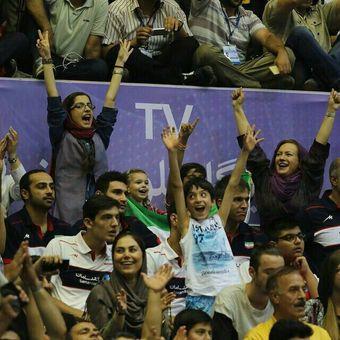 تصاویر حضور بانوان در سالن آزادی در بازی ایران – آمریکا