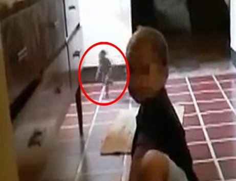 عبور جن از پشت یک کودک /عکس