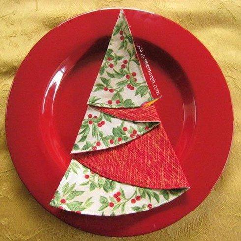 تزیین دستمال سفره به شکل درخت با دستمال طرح دار برای کریسمس