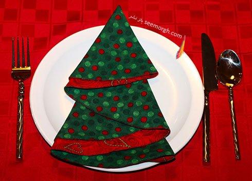 تزیین دستمال سفره به شکل درخت با دستمال دورنگ برای کریسمس