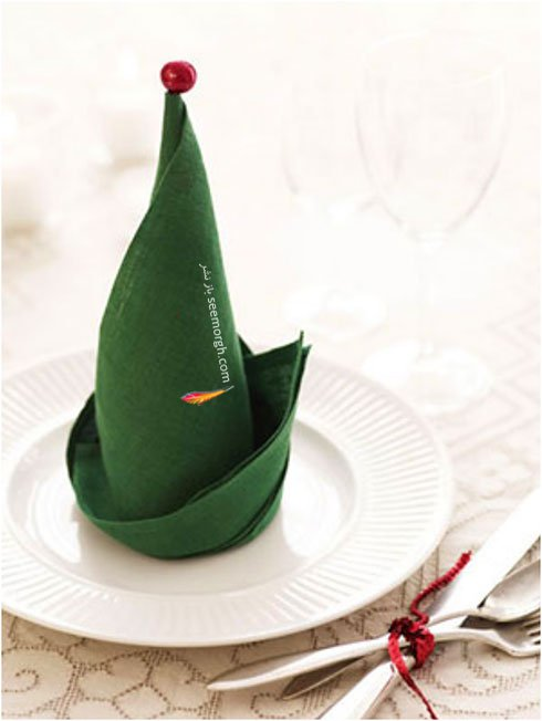 تزیین دستمال سفره به شکل درخت عمودی با دستمال تک رنگ برای کریسمس