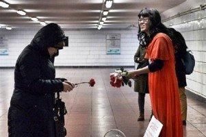 ماجرای مردی که لباس زنانه می پوشد و گل می فروشد! عکس