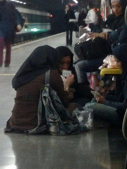 عکسی از بازی عجیب چند دختر در مترو تهران