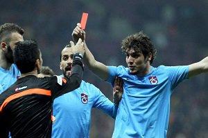 بازیکنی که به داور کارت قرمز داد محروم شد