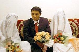 پسری که همزمان با دو دختر بر سر سفره عقد نشست