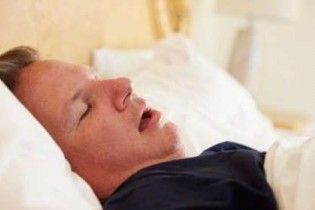 خوابیدن با دهان باز به دندان ها آسیب می رساند