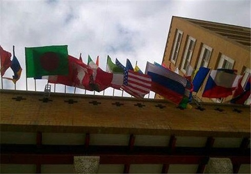 پرچم آمریکا در کنار پرچم جمهوری اسلامی ایران