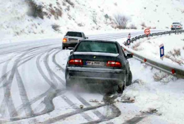 بارش برف در جاده های هراز و چالوس و بارش باران در جاده های ۱۶ استان