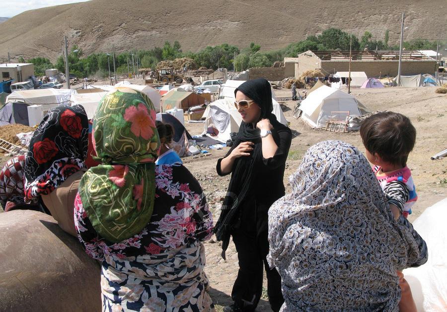 عکس های جدید لیلا بلوکات در میان مردم زلزله زده آذربایجان