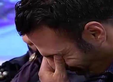 گریه آقای فوتبالیست در برنامه زنده و بوسه مادر بر صورتش +تصاویر