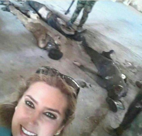 سلفی خانم خبرنگار با اجساد داعش