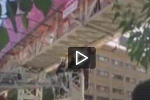 فیلم مردی که از بالای پل میرداماد تهران خود را دار زد (+۱۸)