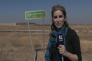 عکس سلفی عجیب خبرنگار زن با جنازه های داعشی