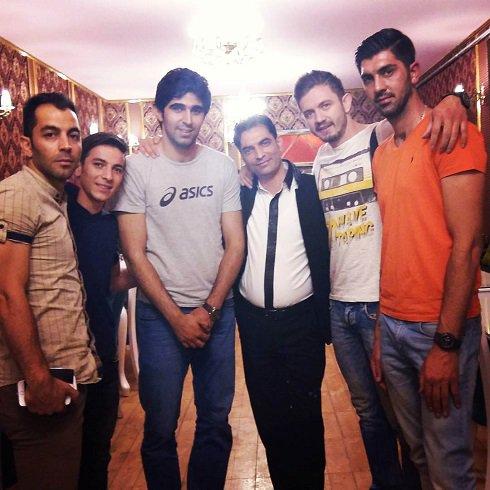 عکس فرشاد احمدزاده در کنار والیبالیست ها