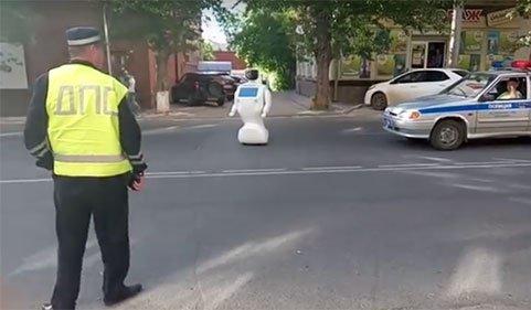 فرار ربات و حضور در خیابان 1