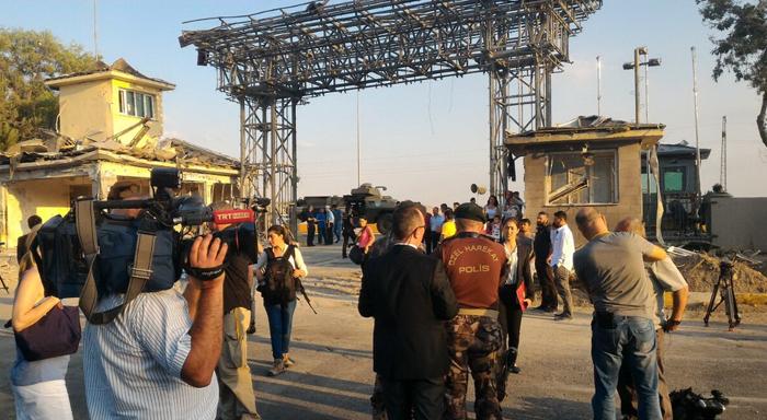 بازدید خبرنگاران از خسارات کودتا /تصاویر
