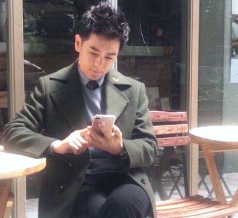 گوشی آیفون 7 در دست آقای بازیگر