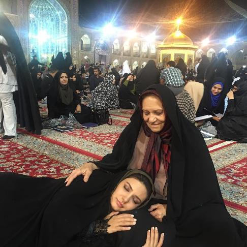 عکسی از خوابیدن بازیگر زن مشهور در مرقد امام رضا (ع)