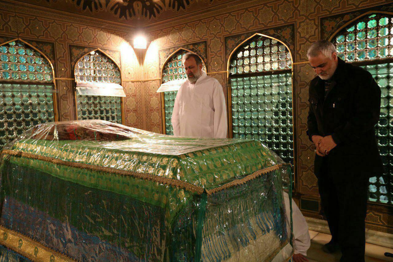 عکس سردار سلیمانی داخل ضریح امام رضا در مراسم غبارروبی