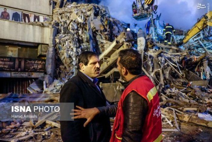 عباس تازهی در محل اتفاق پلاسکو + تصاویر
