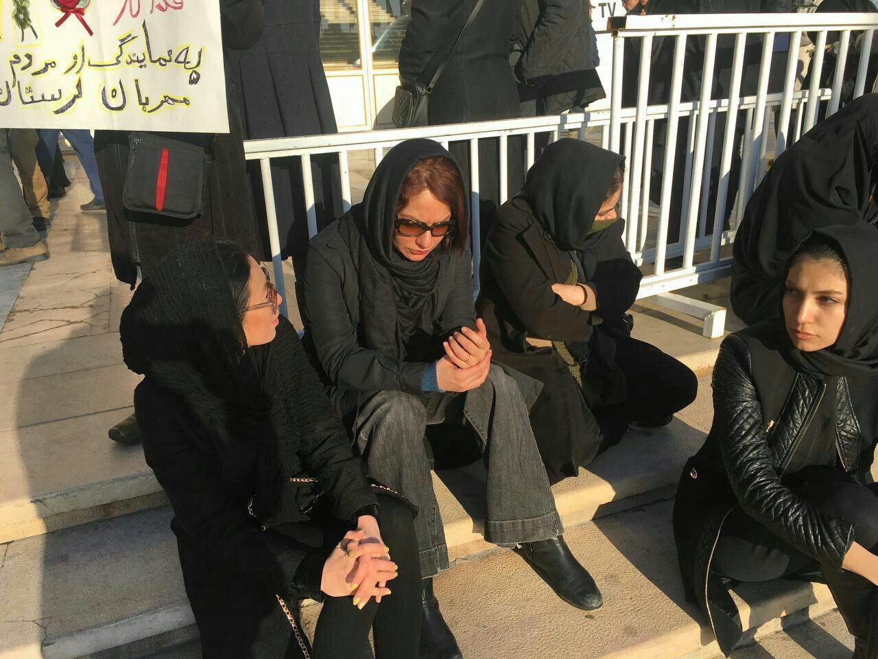 مهناز افشار در مراسم تشییع آتشنشانان شهید پلاسکو (عکس)