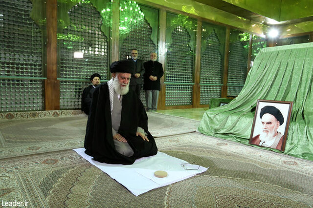 رهبری در مرقد امام