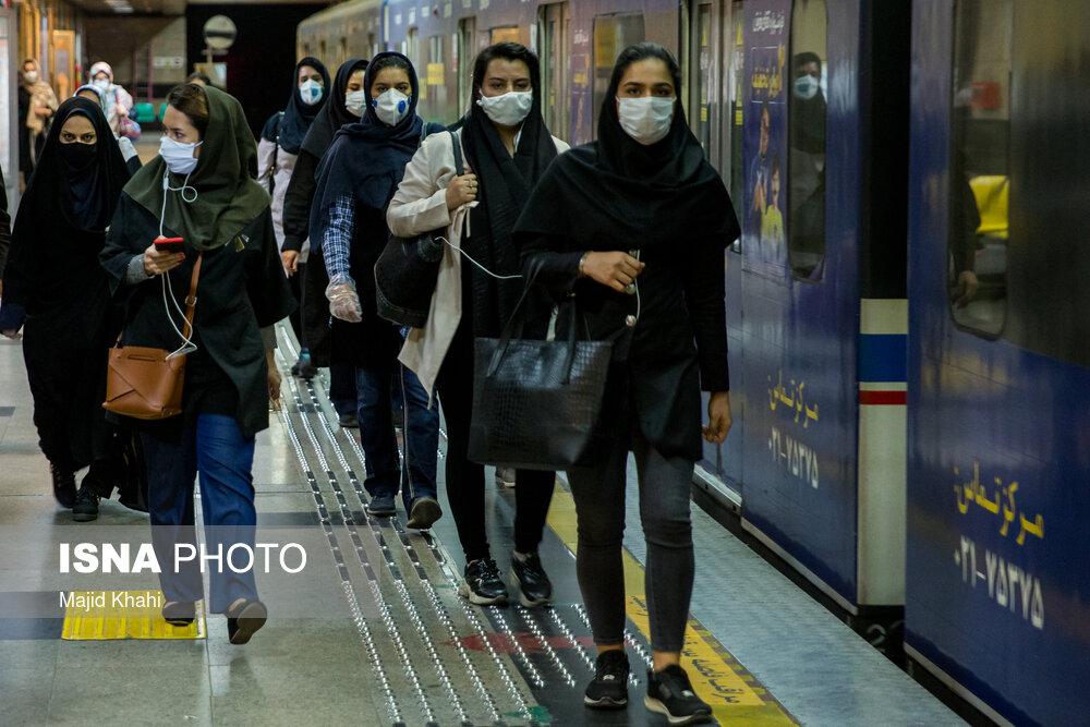 جلوگیری پلیس از ورود مسافران بدون ماسک به مترو