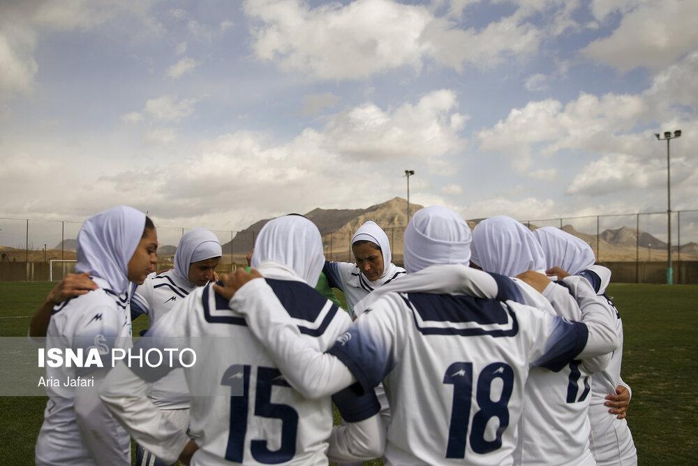 """مصائب پرطرفدارترین تیم فوتبال زنان/ """"جنگ"""" برای کوچکترینحق!"""