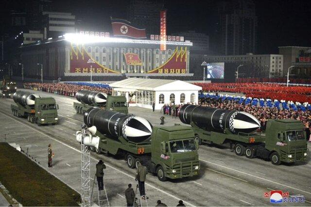 کره شمالی بزرگترین رژه نظامی خود را با نمایش موشکهای بالستیک جدید برگزار کرد