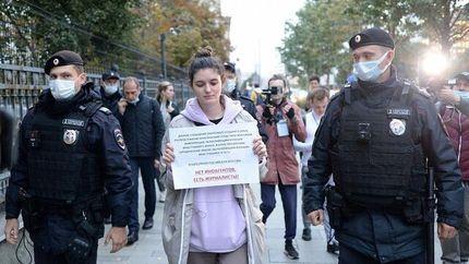 پلیس روسیه روزنامهنگاران تجمع کننده برای آزادی رسانهها را بازداشت کرد